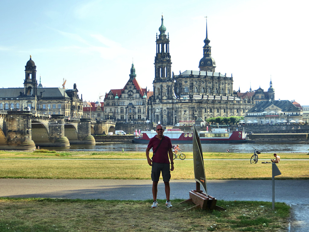 And one more picture across the Elbe to the old city. I really loved this place!